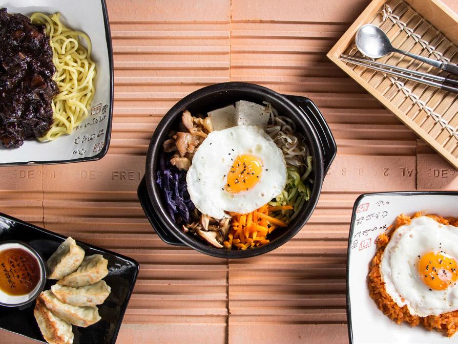 Маса с китайски ястия