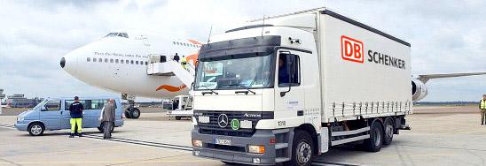 DB Schenker камион на летище