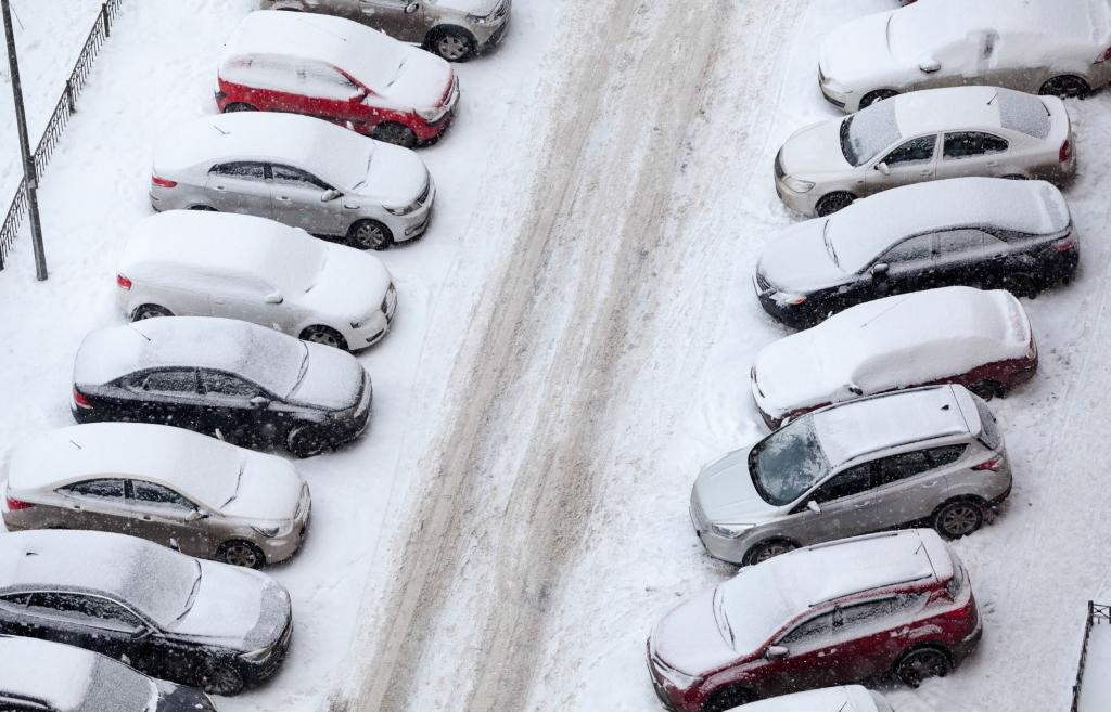 Външен паркинг за коли, покрити със сняг
