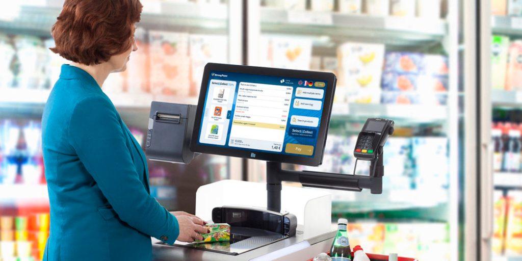 Жена пазарува на каса за самообслужване